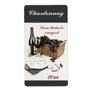 Botella de vino, copa de vino, uvas y etiqueta del etiquetas de envío