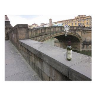 Botella de vino por el Ponte Santa Trinita Postales