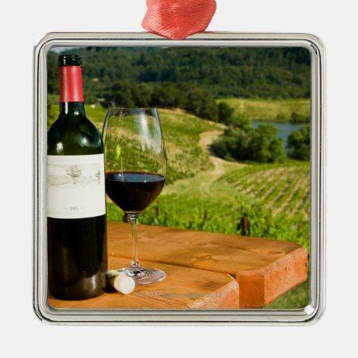 Botella de vino rojo y de vidrio en la tabla ornamento de navidad