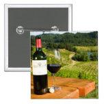 Botella de vino rojo y de vidrio en la tabla pin