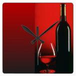 Botella de vino rojo y reloj de pared de cristal