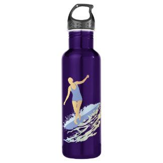 Botella del chica de la persona que practica surf