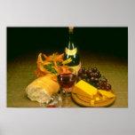 Botella rosada de vino rojo, uvas, pan, queso y impresiones