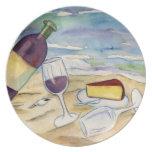 Botella y vidrios de vino en la playa platos para fiestas