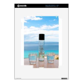 Botella y vidrios llenos de agua frescos skin para el iPad 2