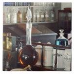 Botellas antiguas de la farmacia azulejo cuadrado grande