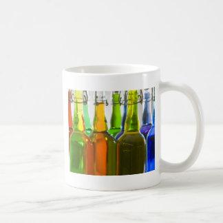Botellas coloreadas tazas de café