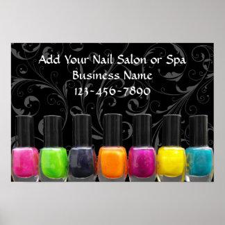 Botellas coloridas del esmalte de uñas, muestra póster