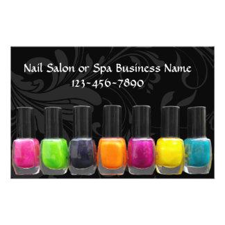 Botellas coloridas del esmalte de uñas, salón del flyer a todo color