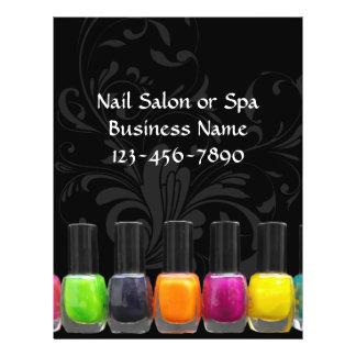 """Botellas coloridas del esmalte de uñas, salón del folleto 8.5"""" x 11"""""""