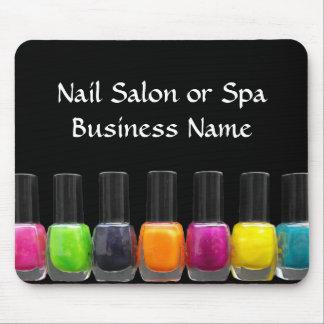 Botellas coloridas del esmalte de uñas, salón del mousepads