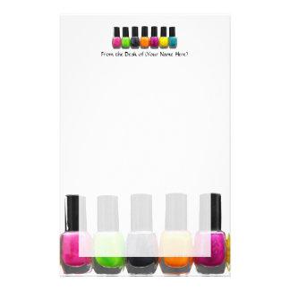 Botellas coloridas del esmalte de uñas, salón del  papelería de diseño