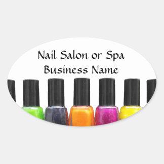 Botellas coloridas del esmalte de uñas, salón del pegatina ovalada