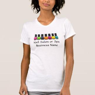 Botellas coloridas del esmalte de uñas, salón del  camisetas
