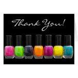 Botellas coloridas del esmalte de uñas, salón del  tarjetón