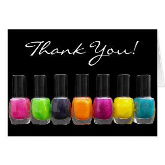 Botellas coloridas del esmalte de uñas, salón del tarjeta pequeña