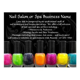 Botellas coloridas del esmalte de uñas, salón del tarjetas postales