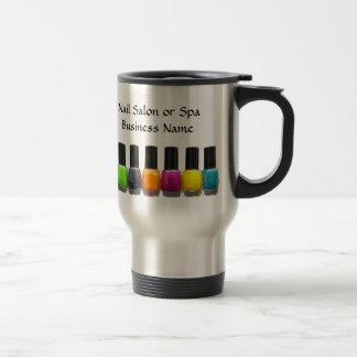 Botellas coloridas del esmalte de uñas, salón del  tazas de café