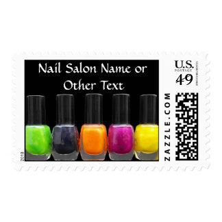Botellas coloridas del esmalte de uñas, salón del timbre postal