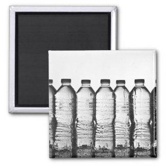 Botellas de agua en estudio imán cuadrado