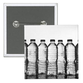 Botellas de agua en estudio pins