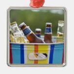 Botellas de cerveza en cubo de hielo adorno navideño cuadrado de metal