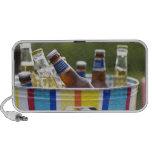 Botellas de cerveza en cubo de hielo portátil altavoces