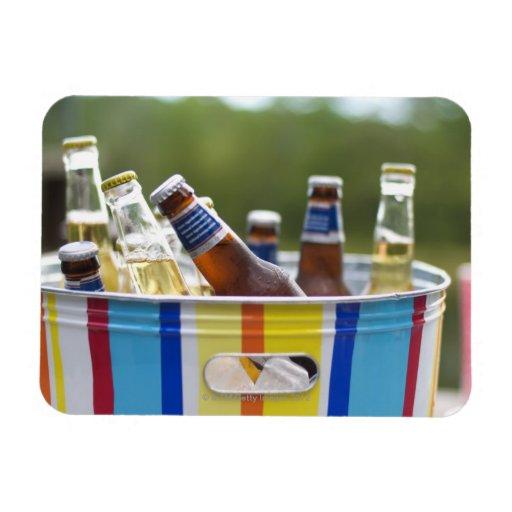 Botellas de cerveza en cubo de hielo imán