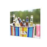 Botellas de cerveza en cubo de hielo impresión en lienzo estirada