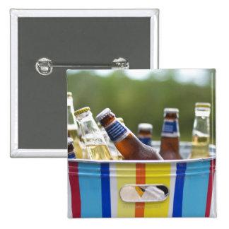 Botellas de cerveza en cubo de hielo pin