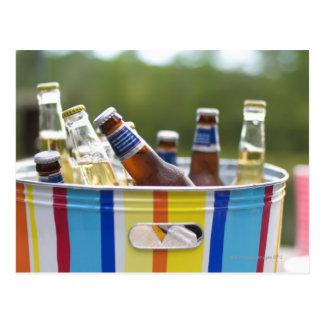 Botellas de cerveza en cubo de hielo tarjeta postal