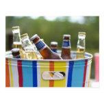 Botellas de cerveza en cubo de hielo tarjetas postales