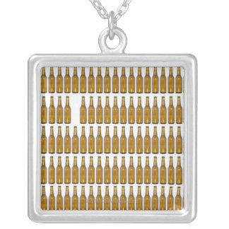 Botellas de cerveza en el fondo blanco collar