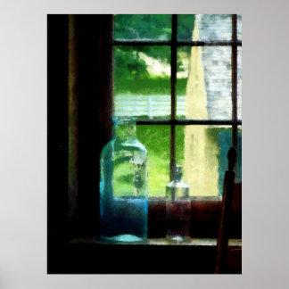 Botellas de cristal en Windowsill Poster