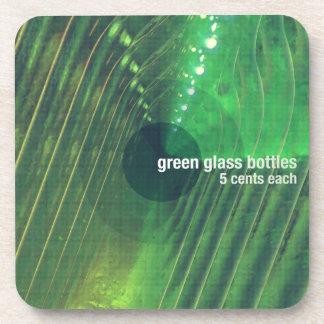 Botellas de cristal verdes posavasos de bebidas