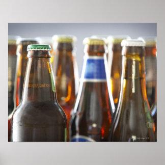 Botellas de diversa cerveza en botella en estudio póster
