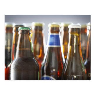 Botellas de diversa cerveza en botella en estudio postales
