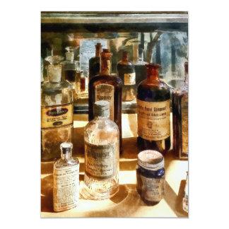 Botellas de la medicina en el caso de cristal invitacion personal