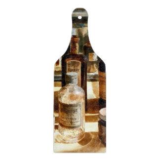 Botellas de la medicina en el caso de cristal tablas para cortar