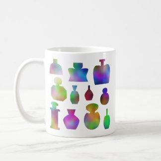 Botellas de perfume coloridas taza de café