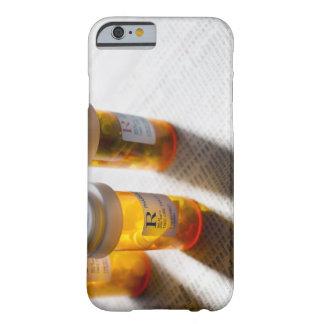 Botellas de píldora en la página común funda de iPhone 6 barely there