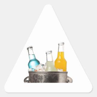 Botellas de soda y de hielo en un cubo pegatina triangular