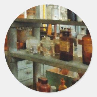Botellas de sustancias químicas altas y cortas pegatina redonda