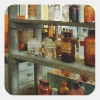 Botellas de sustancias químicas altas y cortas pegatina cuadrada