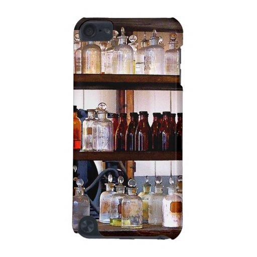 Botellas de sustancias químicas en estantes funda para iPod touch 5G