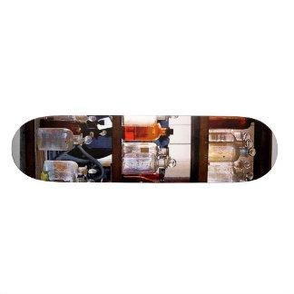 Botellas de sustancias químicas en estantes monopatin personalizado