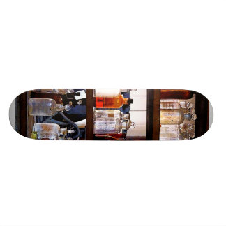 Botellas de sustancias químicas en estantes monopatines