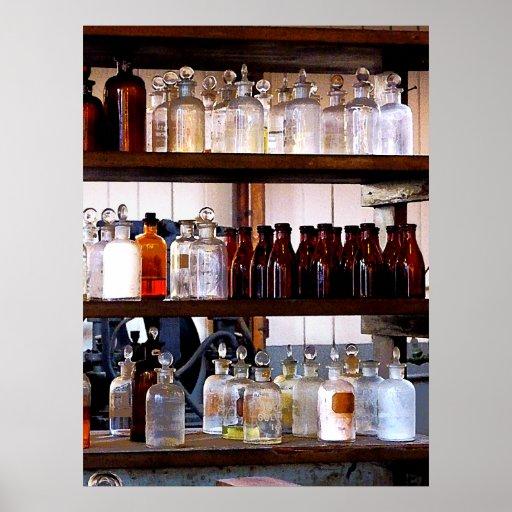 Botellas de sustancias químicas en estantes póster