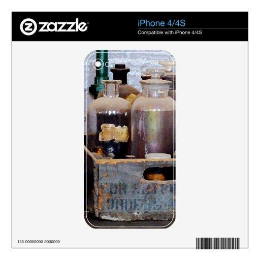 Botellas de sustancias químicas en una caja de mad calcomanías para el iPhone 4