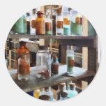 Botellas de sustancias químicas etiqueta redonda
